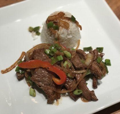 Rindfleisch mit Zwiebeln im Wok